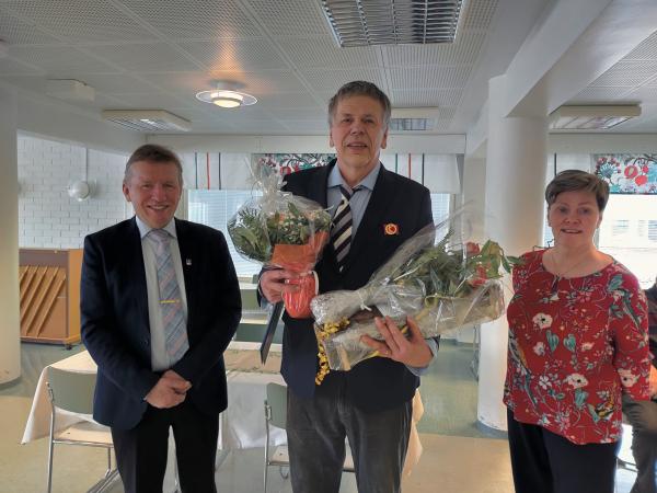 Kunnanjohtaja Eero Ylitalo, eläinlääkäri Pekka Salminen ja kunnanhallituksen puheenjohtaja Kaisu Laitamaa.