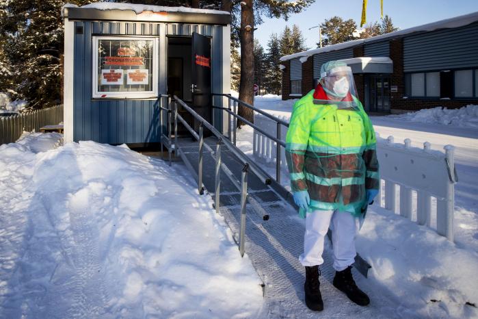 Sairaanhoitaja Tarmo Koskenniemi seisoo koronaviruksen testauksessa käytettävän kontin edessä.