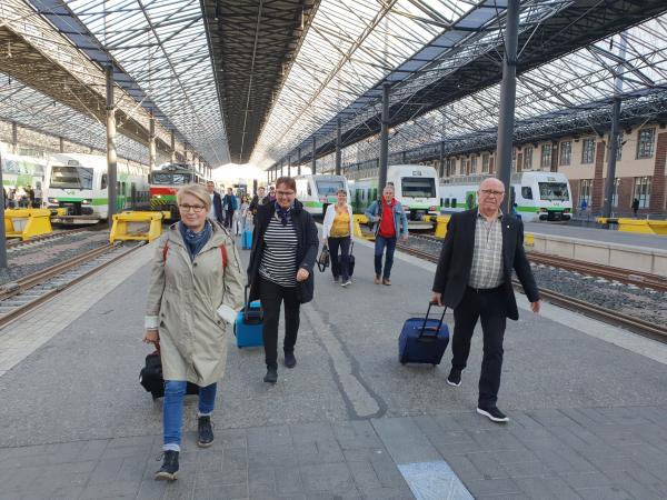 Ryhmä rautatieasemalla