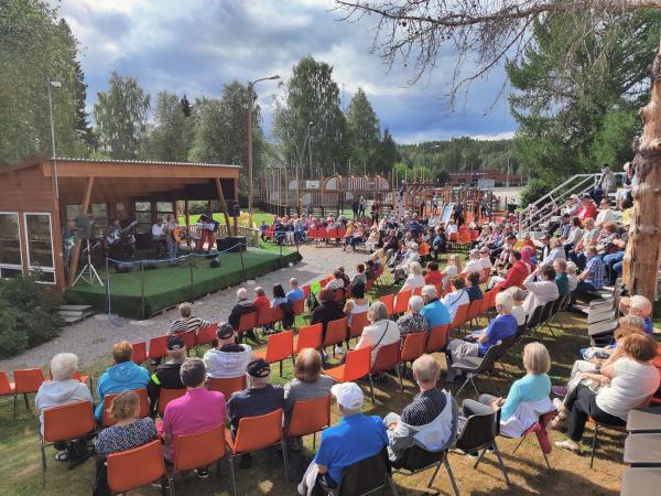 Pyrevä-puisto oli täynnä yleisöä Mikko Alatalon konsertissa