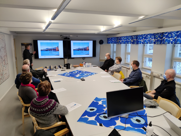 Kunnanjohtaja Eero Ylitalo esittelee Meän Opinahjon rakennusprojektin taustoja.